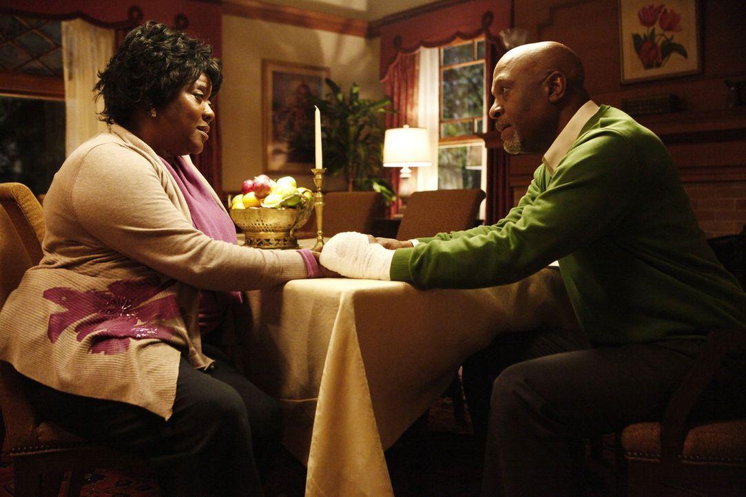 Als sich Adeles (Loretta Devine, l.) Zustand weiter verschlechtert, muss ihr Mann Richard (James Pickens jr., r.) eine Entscheidung über ihr weiter... - Bildquelle: ABC Studios