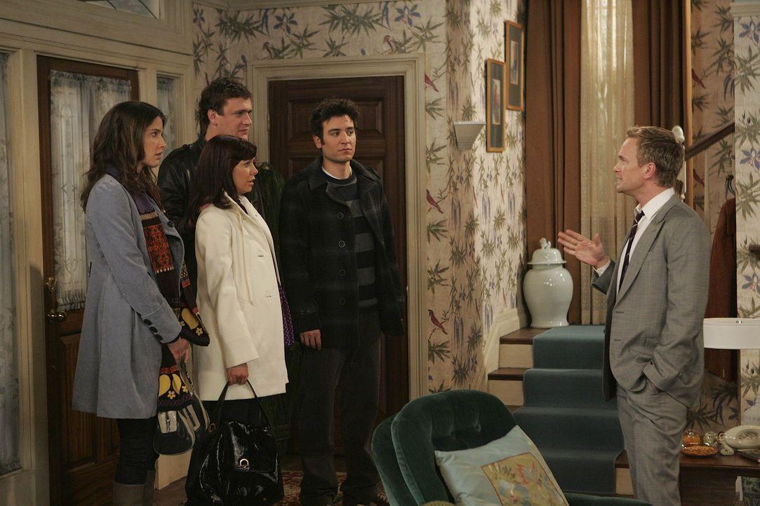 Ted (Josh Radnor, 2.v.r.), Marshall (Jason Segel, 2.v.l.), Lily (Alyson Hannigan, M.) und Robin (Cobie Smulders, l.) bemerken, dass Barney (Neil Pat... - Bildquelle: 20th Century Fox International Television