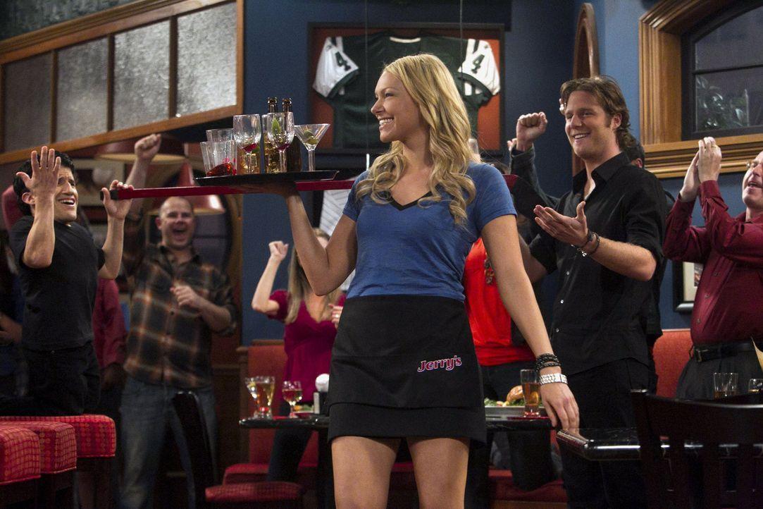Der Chef der Bar, Jerry, hat beschlossen, dass Chelsea (Laura Prepon, M.) und die anderen Mädchen aufreizende Arbeitskleidung tragen müssen, um mi... - Bildquelle: Warner Brothers