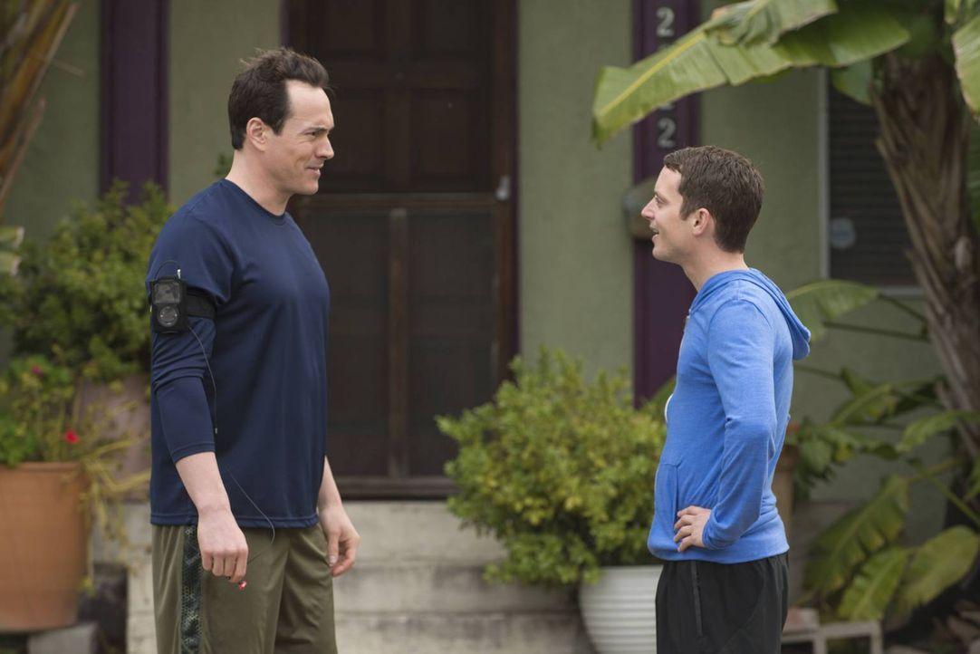 Kann Ryan (Elijah Wood, r.) sich bei Drew (Chris Klein, l.) einen Tipp für das perfekte Geschenk für Jenna holen? - Bildquelle: 2013 Bluebush Productions, LLC. All rights reserved.