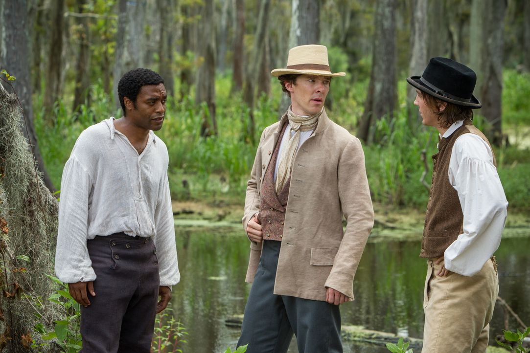 Der freie Afroamerikaner Solomon (Chiwetel Ejiofor, l.) wird von zwei Männern entführt und in die Sklaverei verkauft. Zuerst landet er bei dem vergl... - Bildquelle: TOBIS FILM