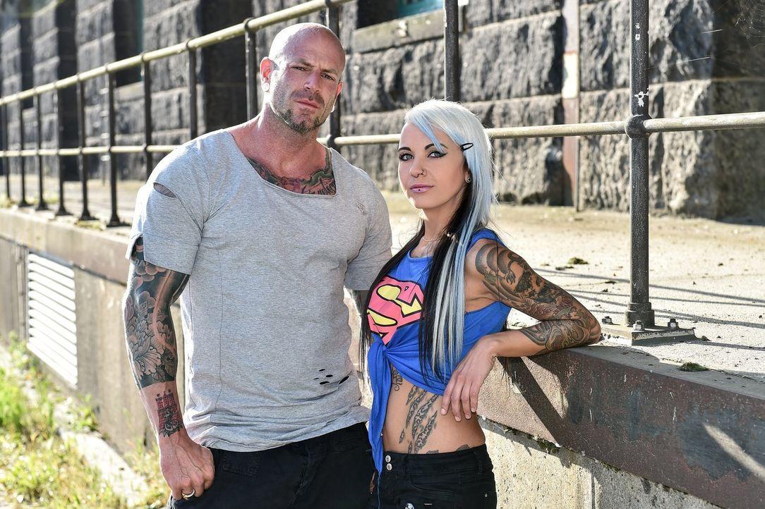Welche Tattoo-Fails und die Geschichten dahinter überzeugen die Türsteher Chris van Core (l.) und Katharina Alt (r.)? - Bildquelle: Andre Kowalski sixx/André Kowalski