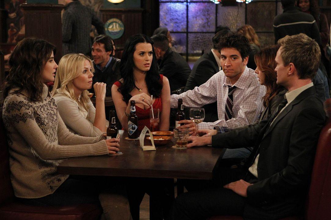 Zoey (Jennifer Morrison, 2.v.l.) verschafft Ted (Josh Radnor, 3.v.r.) ein Date mit ihrer Cousine (Katy Perry, 3.v.l.). Barney (Neil Patrick Harris,... - Bildquelle: 20th Century Fox International Television