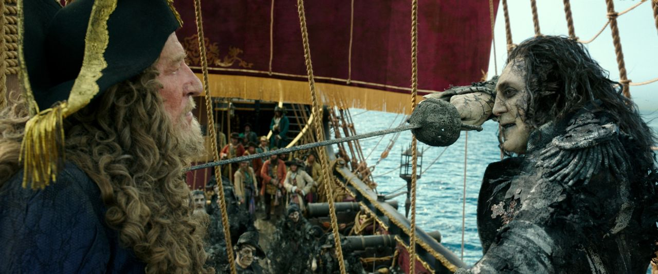 Captain Hector Barbossa (Geoffrey Rush, l.); Captain Armando Salazar (Javier Bardem, r.) - Bildquelle: Disney Enterprises, Inc. All Rights Reserved.