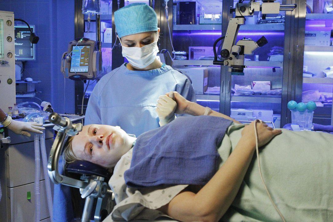 Die Kriegsveteranin Lizzie (Jeanette Brox, l.) ist durch eine Explosionsverletzung fast blind. Amelia (Caterina Scorsone, r.) glaubt, dass sie sich... - Bildquelle: ABC Studios