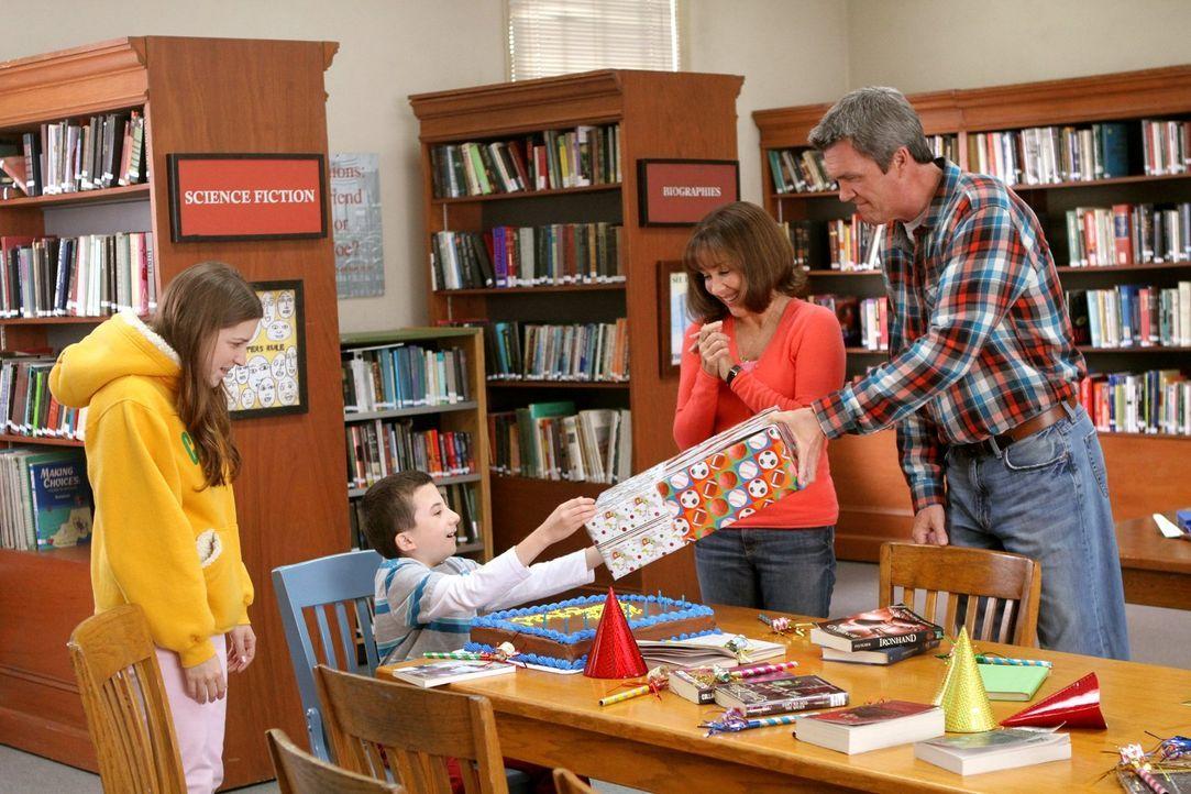 Sie planen für Brick (Atticus Shaffer, 2.v.l.) eine Geburtstagsüberraschung: Sue (Eden Sher, l.), Frankie (Patricia Heaton, 2.v.r.) und Mike (Neil F... - Bildquelle: Warner Brothers