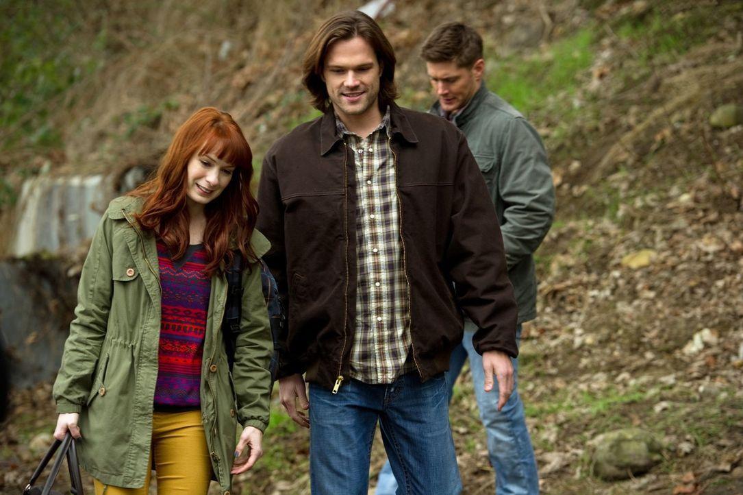 Als Charlie (Felicia Day, l.) über einen Fall stolpert, ruft sie Sam (Jared Padalecki, M.) und Dean (Jensen Ackles, r.) zu Hilfe ... - Bildquelle: Warner Bros. Television