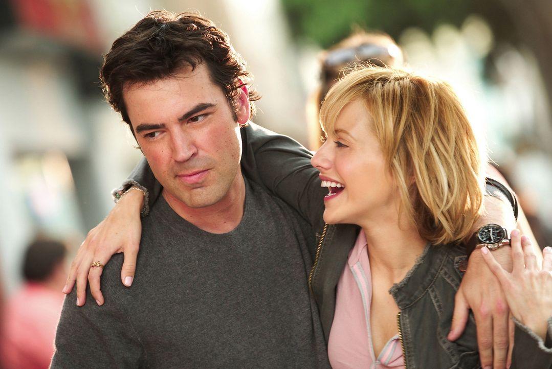 Eigentlich sind Stacy (Brittany Murphy, r.) und Derek (Ron Livingston, l.) ein glückliches Paar. Wäre da nicht seine Weigerung, über die Vergange... - Bildquelle: Sony 2007 CPT Holdings, Inc.  All Rights Reserved.