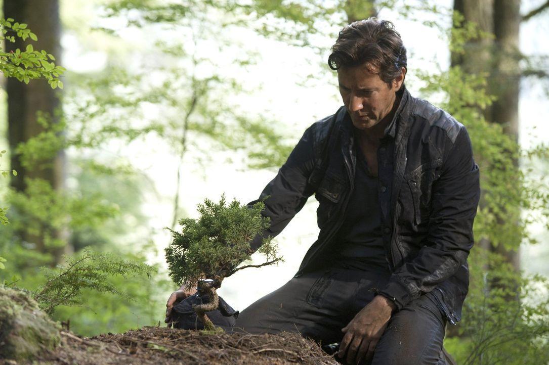Auf seiner Mission kommt es für Kane (Henry Ian Cusick) zu einem unerwarteten Wiedersehen mit einem alten Freund ... - Bildquelle: 2014 Warner Brothers