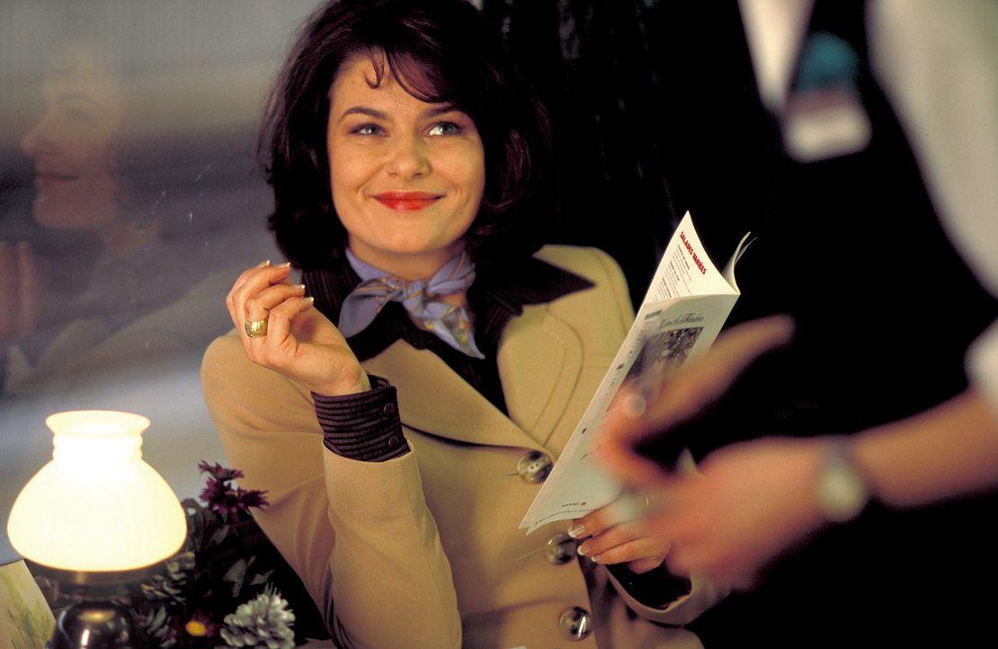"""Die tüchtige und erfolgreiche Moderatorin Charlotte Becker (Barbara Auer) hasst das """"frohe Fest"""" und freut sich bereits, dem Bescherungsrummel entk... - Bildquelle: ProSieben"""