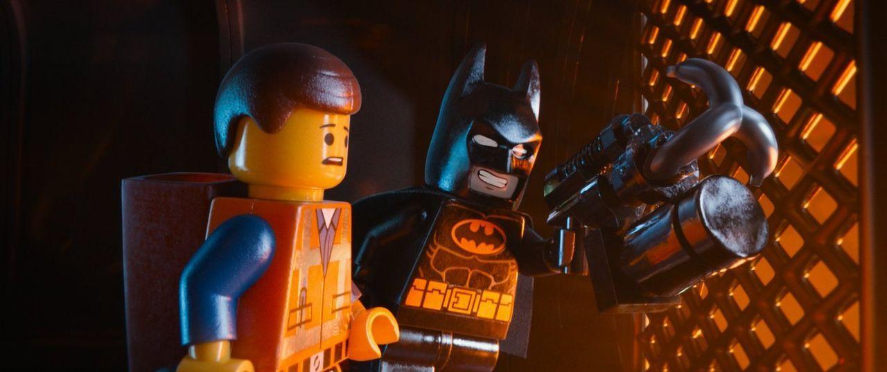 Der gewöhnliche Bauarbeiter Emmet (l.) liebt das Leben in der LEGO-Stadt, doch eines Tages wird ausgerechnet er für den Auserwählten einer Prophezei... - Bildquelle: 2014 Warner Brothers