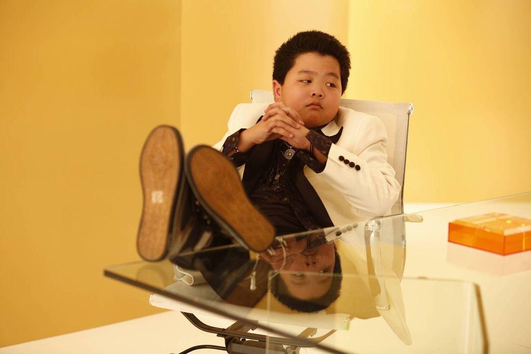 Eddie (Hudson Yang) und der Rest der Familie unterstützen Evan dabei, sein erstes Bankkonto zu eröffnen. Der weiß jedoch nicht, welchen Namen er bei... - Bildquelle: 2015-2016 American Broadcasting Companies. All rights reserved.