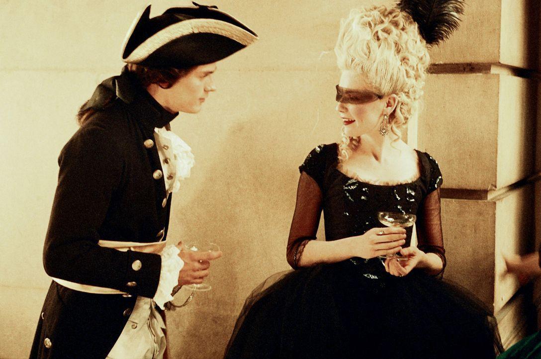 Auf einem Maskenball lernt Marie-Antoinette (Kirsten Dunst, r.) den attraktiven Graf von Fersen (Jamie Dornan, l.) kennen ... - Bildquelle: 2006 I Want Candy, LLC. All Rights Reserved.
