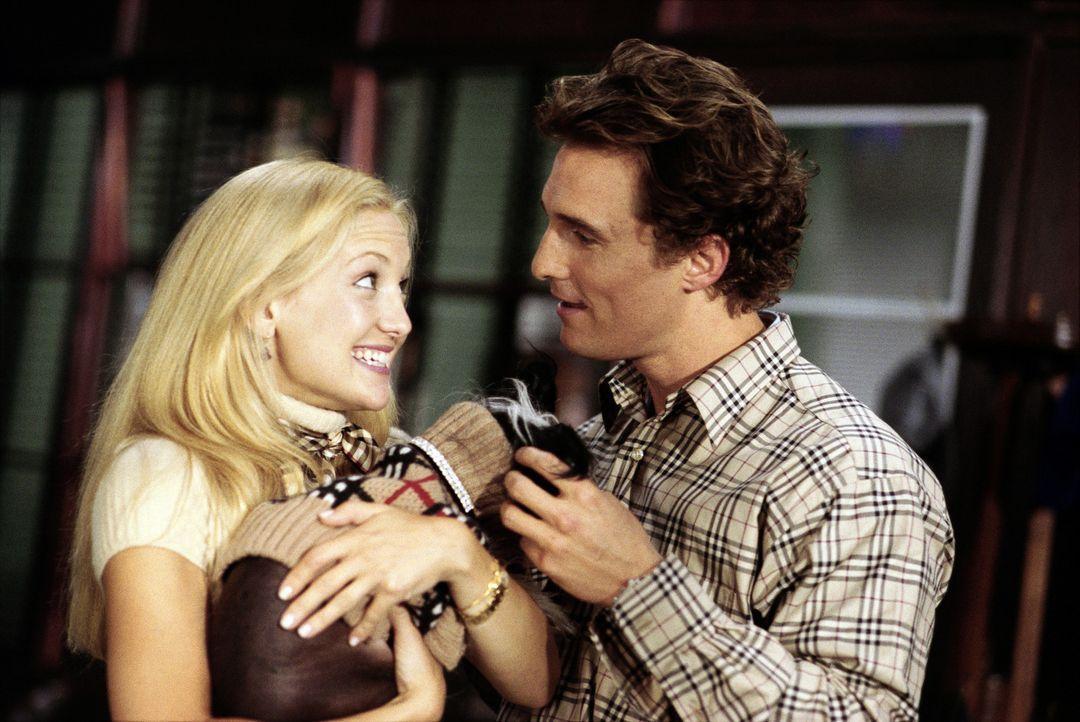Obwohl Andie (Kate Hudson, l.) sogar ein ewig pinkelndes Hündchen anschleppt, wird sie Benjamin (Matthew McConaughey, r.) einfach nicht wieder los... - Bildquelle: Paramount Pictures