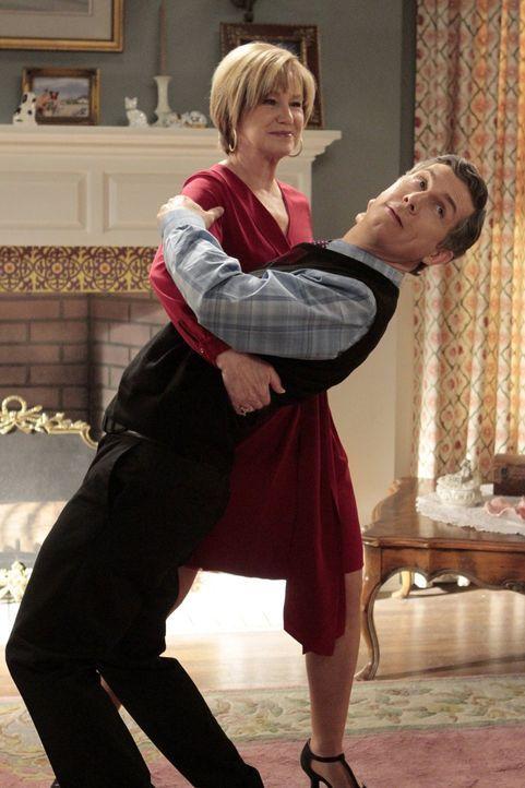 Nachdem Sheilas Mutter Gam Gam (Mary Kay Place, l.) ihre Valentins-Tangopläne durchkreuzt und sich an Fred (Chris Parnell, r.) ranmacht, erkennt She... - Bildquelle: Warner Brothers