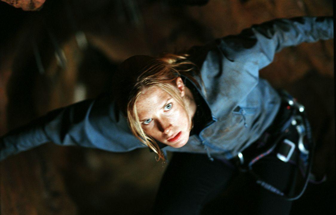 Sarah (Shauna MacDonald) wollte eigentlich nur mit ein paar Freunden eine Höhle erkunden. Doch plötzlich findet sie sich im Wettlauf um Leben und... - Bildquelle: Square One Entertainment