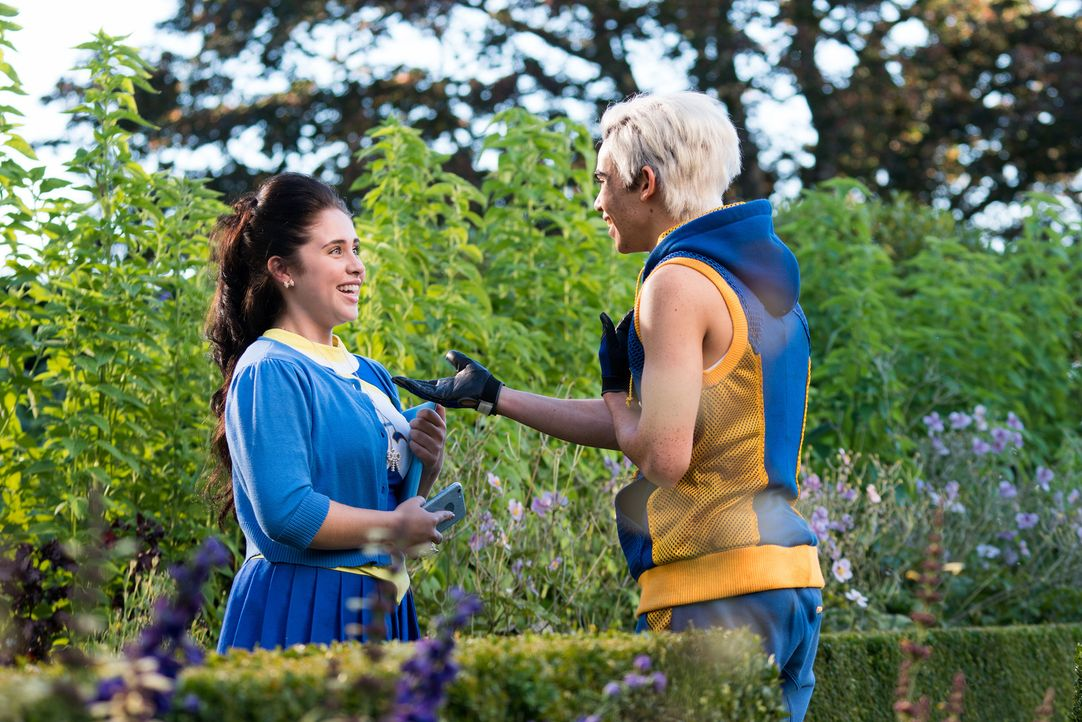 Schon bald stellen Jane (Brenna D'Amico, l.) und Carlos (Cameron Boyce, r.) fest, dass sie gar nicht so unterschiedlich sind, wie ihnen ihre Herkunf... - Bildquelle: Disney