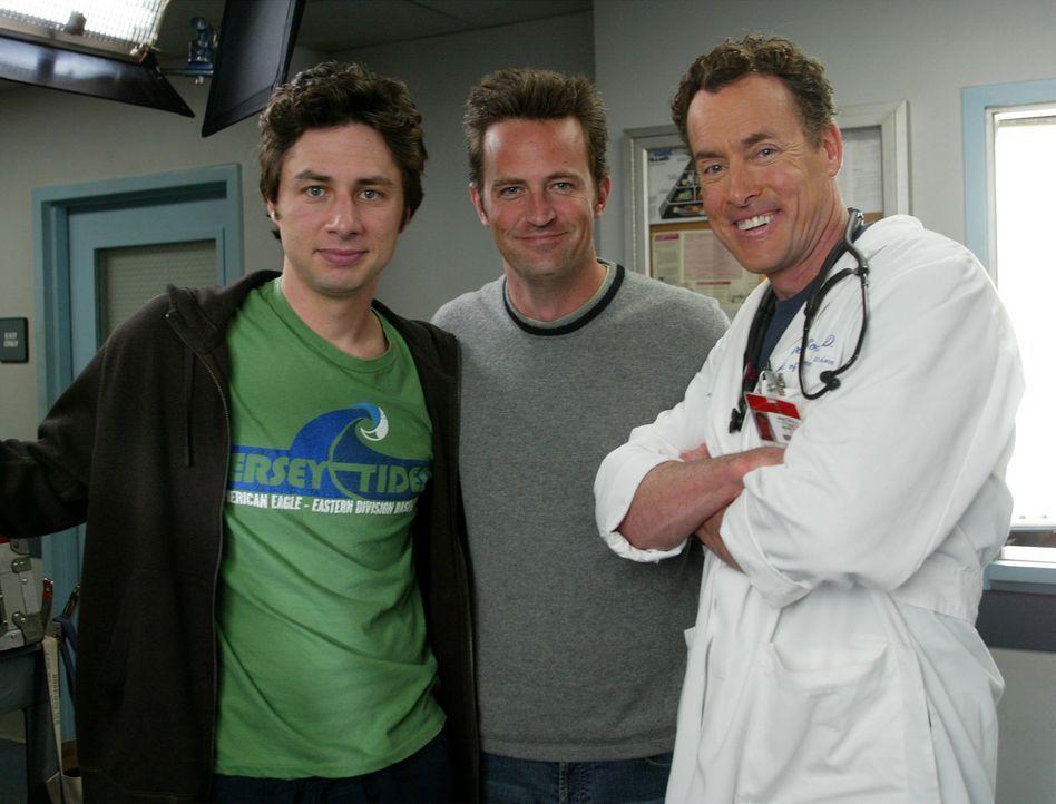 J.D. (Zach Braff, l.) ist stolz darauf, Murray (Matthew Perry, M.) aufgetrieben zu haben und überredet diesen tatsächlich dazu, eine Niere für se... - Bildquelle: Touchstone Television