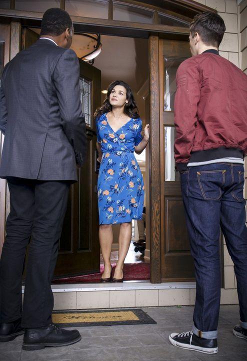 Als Joe (Jesse L. Martin, l.) und Barry (Grant Gustin, r.) Marlize DeVoe (Kim Engelbrecht, M.) und ihrem Ehemann einen Besuch abstatten, ahnen sie n... - Bildquelle: 2017 Warner Bros.