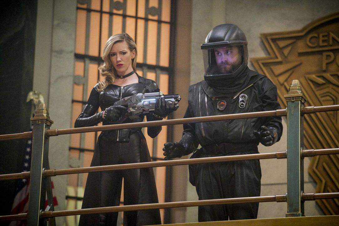 Laurel alias Siren X (Katie Cassidy, l.) von Erde X sorgt für einige Probleme, als sie Neil alias Fallout (Ryan Alexander McDonald, r.) in ihre Gewa... - Bildquelle: 2017 Warner Bros.