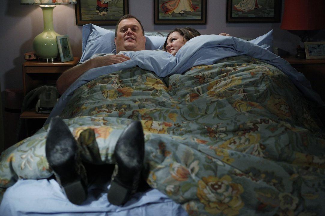 Die neuen Cowboystiefel von Molly (Melissa McCarthy, r.) bereiten Mike (Billy Gardell, l.) große Freude ... - Bildquelle: Warner Brothers