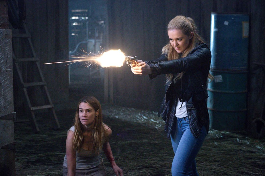 Um Amelia (Leisha Hailey, l.) zu retten, begibt sich Claire (Kathryn Newton, r.) in Lebensgefahr. Aber wird es ihr tatsächlich gelingen, ihre Mutter... - Bildquelle: 2016 Warner Brothers