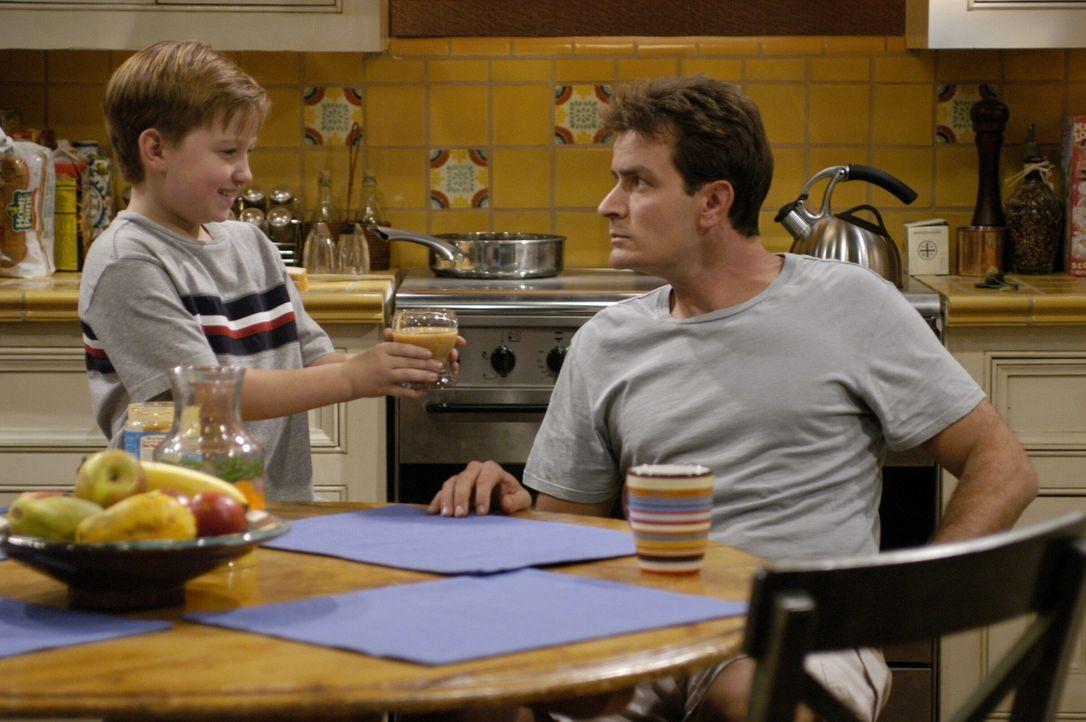 Während Alan versucht Berta für den Haushalt zurückzugewinnen, soll Charlie (Charlie Sheen, r.) dafür Sorge tragen, dass Jake (Angust T. Jones,... - Bildquelle: Warner Brothers Entertainment Inc.