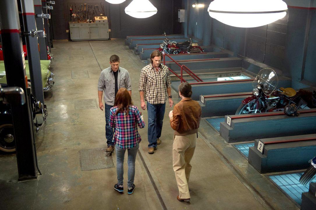 Als Dean (Jensen Ackles, l.) und Sam (Jared Padalecki, 2.v.r.) einen alten Computer entdecken, benötigen sie die Hilfe von Charlie (Felicia Day, 2.v... - Bildquelle: 2013 Warner Brothers