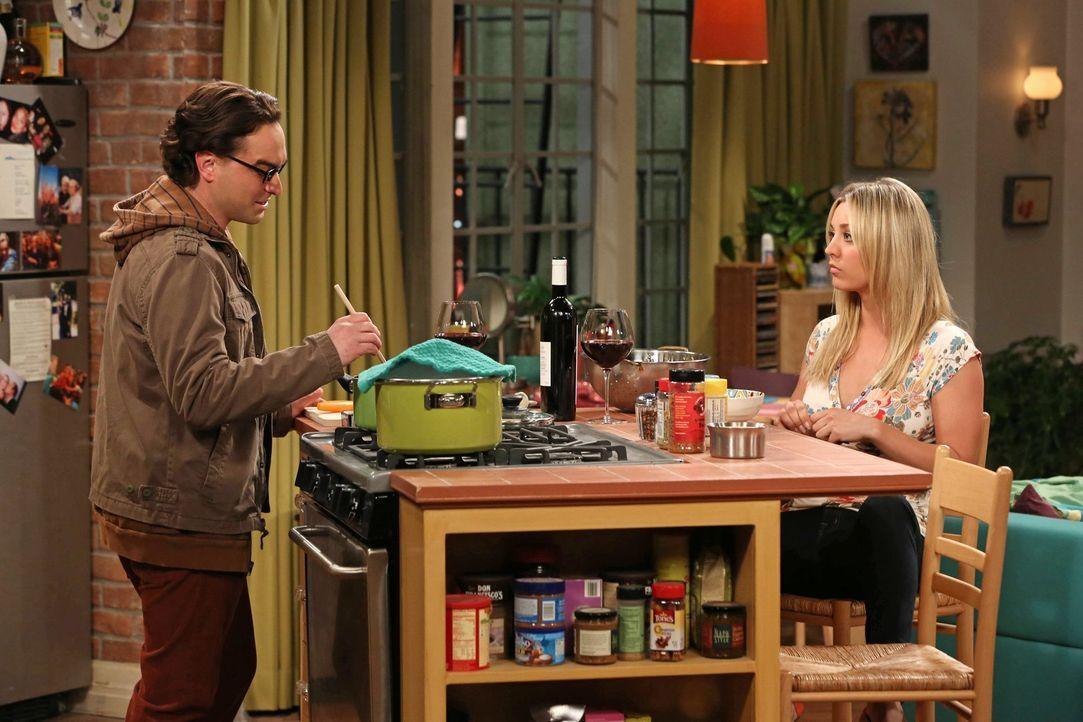 Als sich Penny (Kaley Cuoco, r.) einmischt, spitzt sich er Konkurrenzkampf zwischen  Leonard (Johnny Galecki, l.), Sheldon und Raj weiter zu ... - Bildquelle: Warner Bros. Television