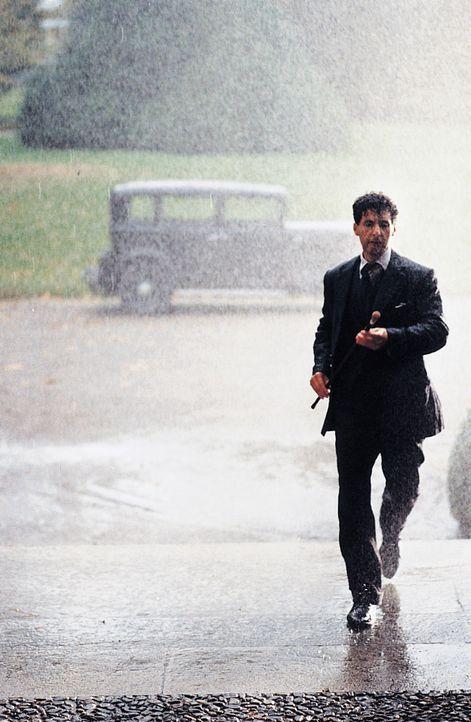 Alexander Lushin (John Turturro) wandelt gekonnt auf dem schmalen Grat zwischen Genie und Wahnsinn. Als Schachspieler fühlt er sich auf sicherem Te... - Bildquelle: 2003 Sony Pictures Television International. All Rights Reserved.