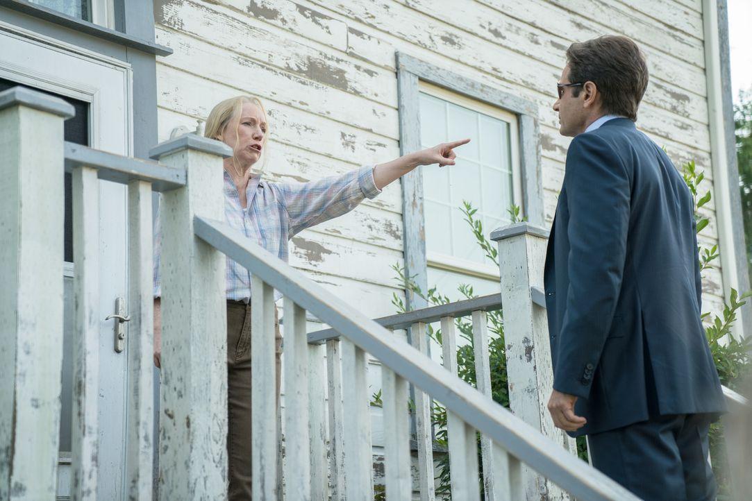 Als Mulder (David Duchovny, r.) Rebecca (Amanda Burke, l.) befragen möchte, wird ihm schließlich bewusst, mit was er es in diesem Fall tatsächlich z... - Bildquelle: Ed Araquel 2016 Fox and its related entities.  All rights reserved.