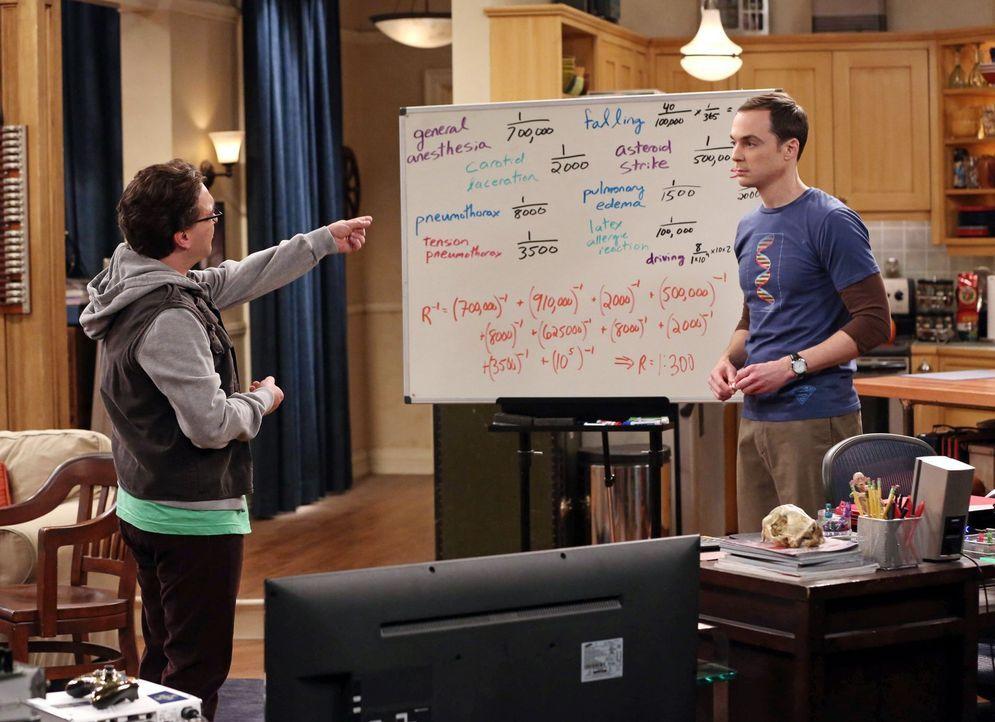 Als Leonard (Johnny Galecki, l.) wegen einer anstehenden Operation ins Krankenhaus kommt, gerät Sheldon (Jim Parsons, r.) in Panik und errechnet sof... - Bildquelle: Warner Bros. Television