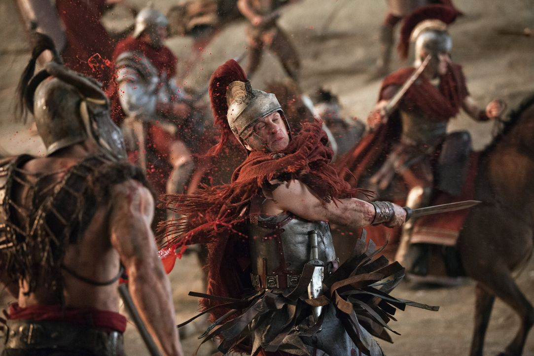 Immer noch rasend wütend, weil seine Geliebte zu Spartacus geflohen ist, stürzt sich Crassus (Simon Merrells) ins Kriegsgetümmel ... - Bildquelle: 2012 Starz Entertainment, LLC. All rights reserved.