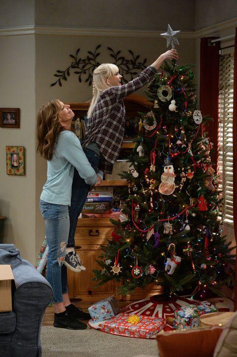 Christy (Anna Faris, r.) und Bonnie (Allison Janney, l.) wollen nicht nur ein schönes, sondern vor allem auch ein nüchternes Weihnachtsfest verbring... - Bildquelle: 2015 Warner Bros. Entertainment, Inc.