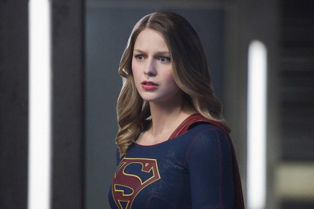 Supergirl Kara (Melissa Benoist) steckt im Zwiespalt. Entweder sie lässt einen gefährlichen Kriminellen frei oder ihre Freundin Alex wird sterben ..... - Bildquelle: 2016 Warner Brothers