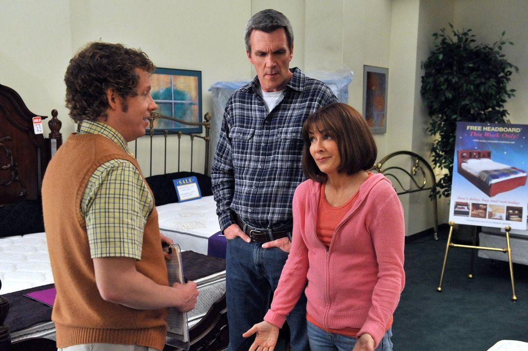 Frankie (Patricia Heaton, r.) und Mike (Neil Flynn, M.) wollen sich ein neues Bett anschaffen und fragen einen Verkäufer (Jon Paul Burkhart, l.) um... - Bildquelle: Warner Brothers