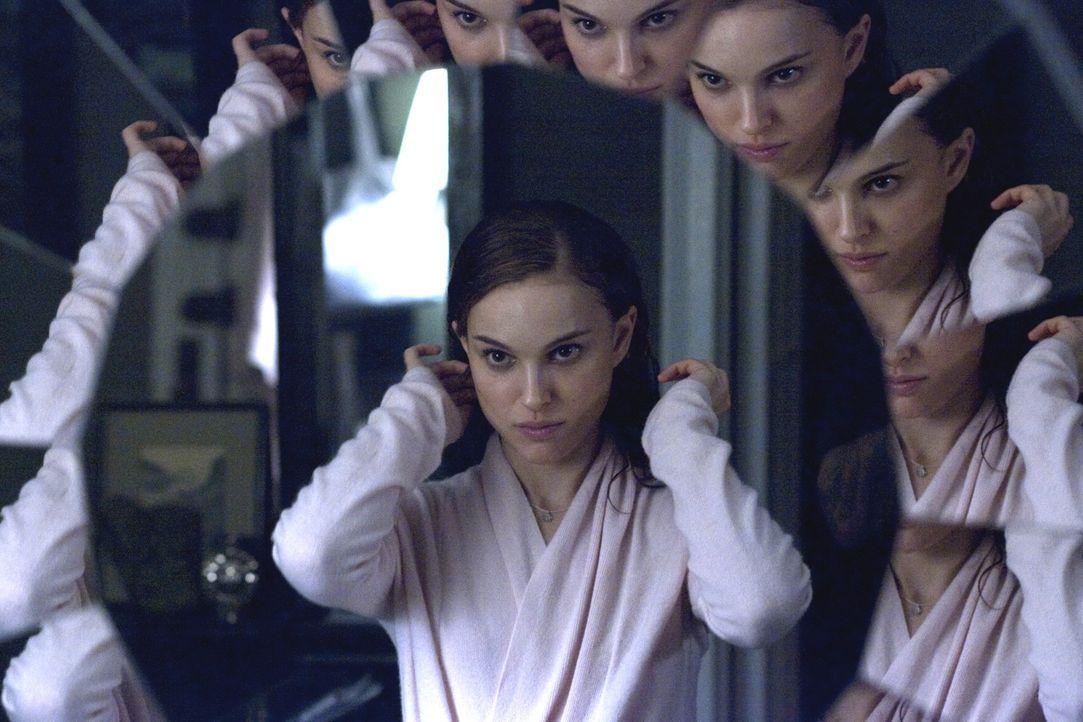 Nina (Natalie Portman) ist dem Konkurrenzkampf immer weniger gewachsen. Ihre Verzweiflung wächst, während ihre Wahnvorstellungen immer mehr zunehm... - Bildquelle: 20th Century Fox