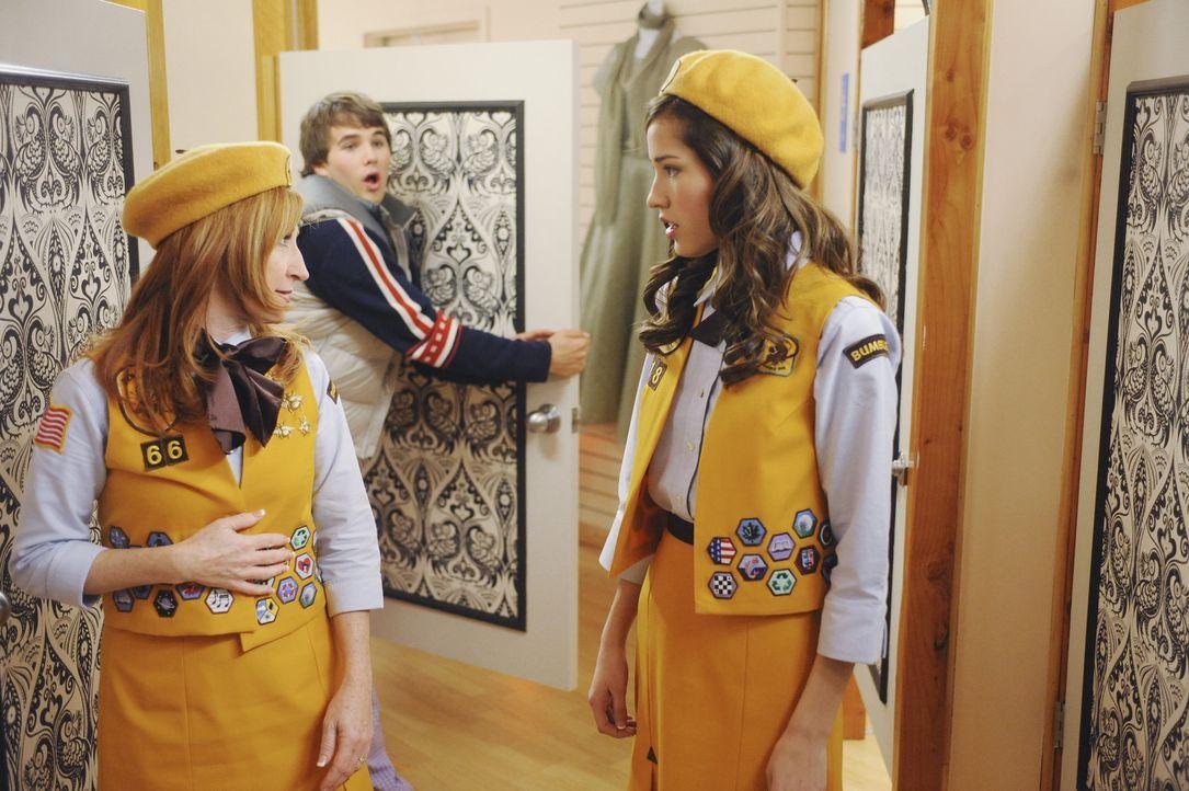 Für die Chef-Pfadfinderin Dina Reams (Vicki Lewis, l.) ist Alex (Hutch Dano, M.), der immer seine eigenen Regeln macht, die reine Katastrophe. Sie... - Bildquelle: Disney