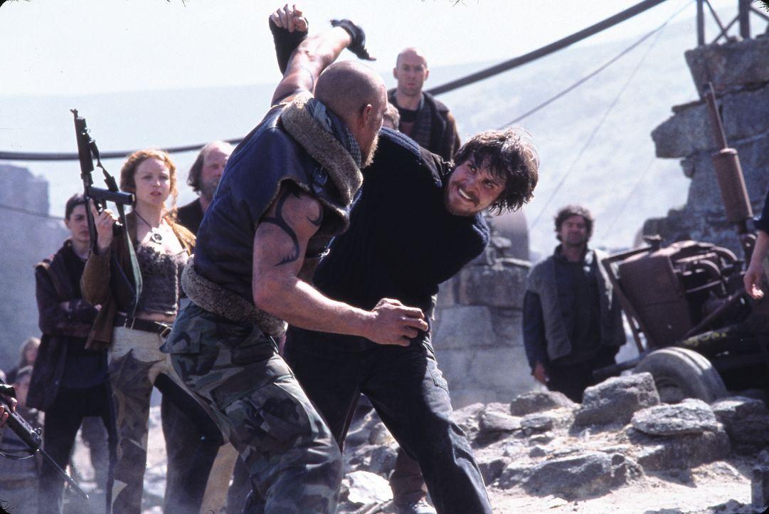 Zunächst tragen der Amerikaner Zan (Matthew McConaughey, vorne) und der Engländer Quinn (Christian Bale, hinten) erbitterte Kämpfe aus. Doch dann er... - Bildquelle: Touchstone Pictures und Spyglass Entertainment Group, LP Im Verleih der Buena Vista International