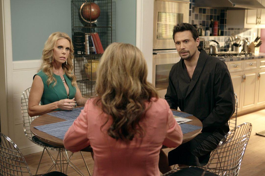 George (Jeremy Sisto, r.) und Dallas (Cheryl Hines, l.) überlegen wie sie den Kindern des jeweiligen Anderen näher kommen können. Sie wünschen s... - Bildquelle: Warner Brothers