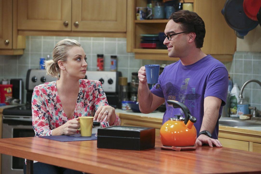 Durch ständiges Nachhaken lösen Penny (Kaley Cuoco, l.) und Leonard (Johnny Galecki, r.) bei Sheldon einen unerwarteten Gefühlsausbruch aus ... - Bildquelle: 2015 Warner Brothers
