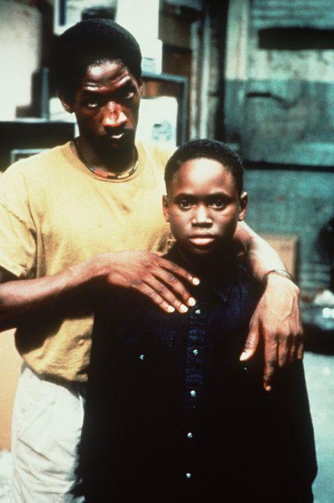 Bobby (Glenn Plummer, l.) will aus dem Kreislauf von Gewalt, Drogen- und Bandenkriminalität ausbrechen - und um seinen Sohn Jimmie (Christian Colem... - Bildquelle: Warner Bros.