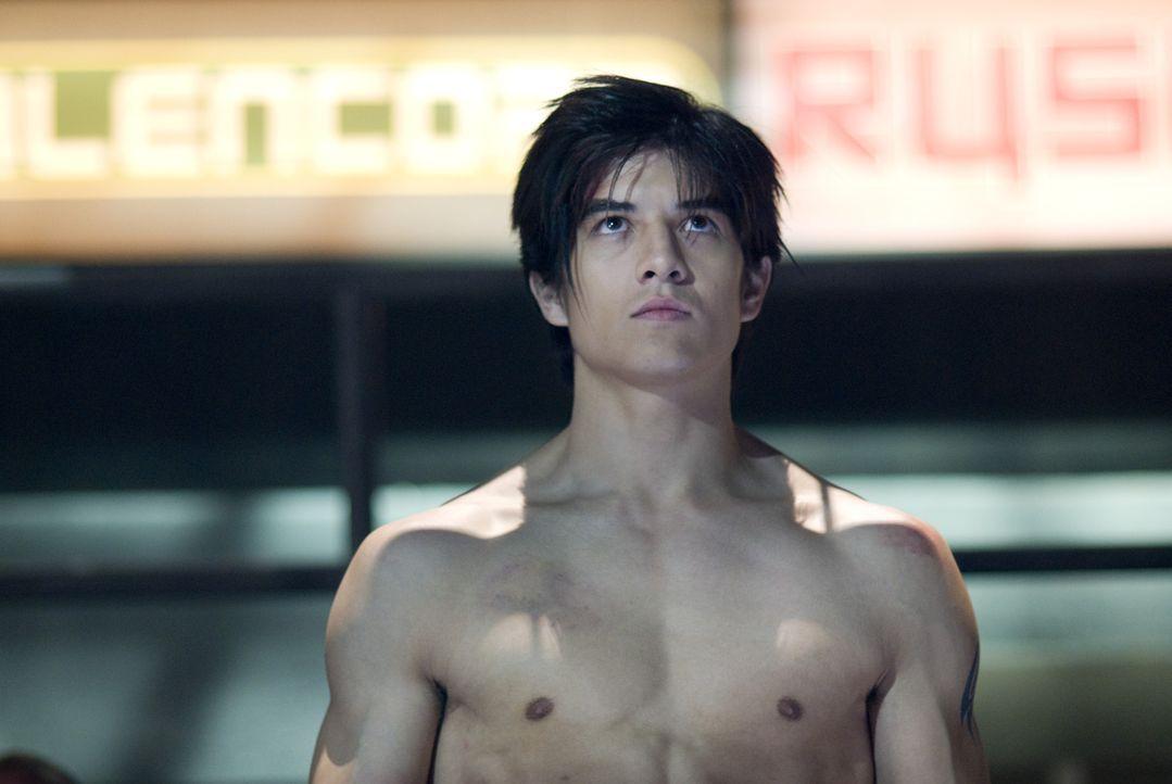 Jin Kazama (Jon Foo) wächst in ärmlichsten Verhältnissen auf. Um zu überleben, lernt er das Kämpfen. Als seine Mutter ermordet wird, sinnt Jin... - Bildquelle: 2010 CST PRODUCTIONS, LLC   ALL RIGHTS RESERVED