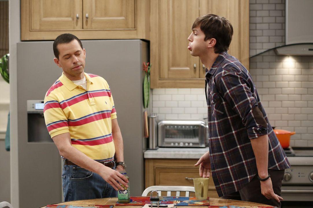 Geraten wegen der Erziehung von Louis in Streit: Alan (Jon Cryer, l.) und Walden (Ashton Kutcher, r.) ... - Bildquelle: Warner Bros. Entertainment, Inc.