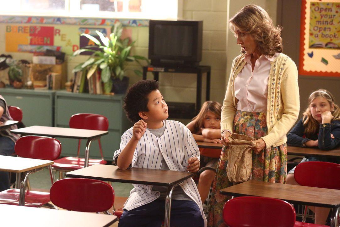 Um Nicole beeindrucken zu können, schreckt Eddie (Hudson Yang, l.) vor nichts zurück. Doch wird Mrs. Kranzer (Stephanie Nash, r.) durchschauen, waru... - Bildquelle: 2015 American Broadcasting Companies. All rights reserved.