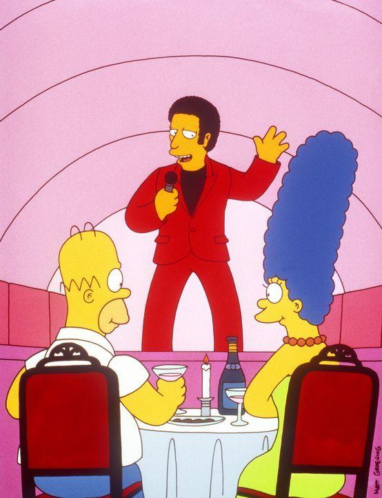 Als Wiedergutmachung schenkt Mr. Burns Marge (r.) und Homer (l.) einen Abend mit Tom Jones (M.). - Bildquelle: und TM Twenthieth Century Fox Film Corporation - Alle Rechte vorbehalten