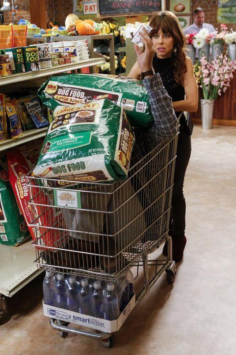Als George (Jeremy Sisto, l.) mit Nora (Natasha Leggero, r.) einkaufen ist, versucht er alles, um sich vor Dallas zu verstecken ... - Bildquelle: Warner Brothers