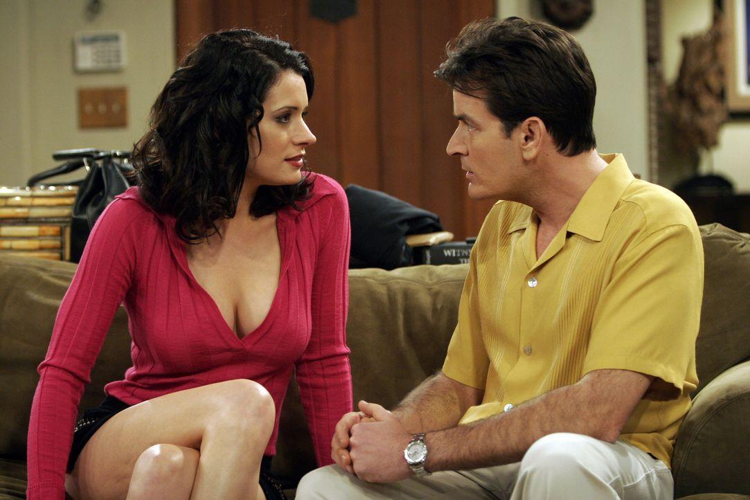Charlie (Charlie Sheen, r.) ahnt nicht, dass er von Jamie (Paget Brewster, l.) reingelegt wird ... - Bildquelle: Warner Bros. Television