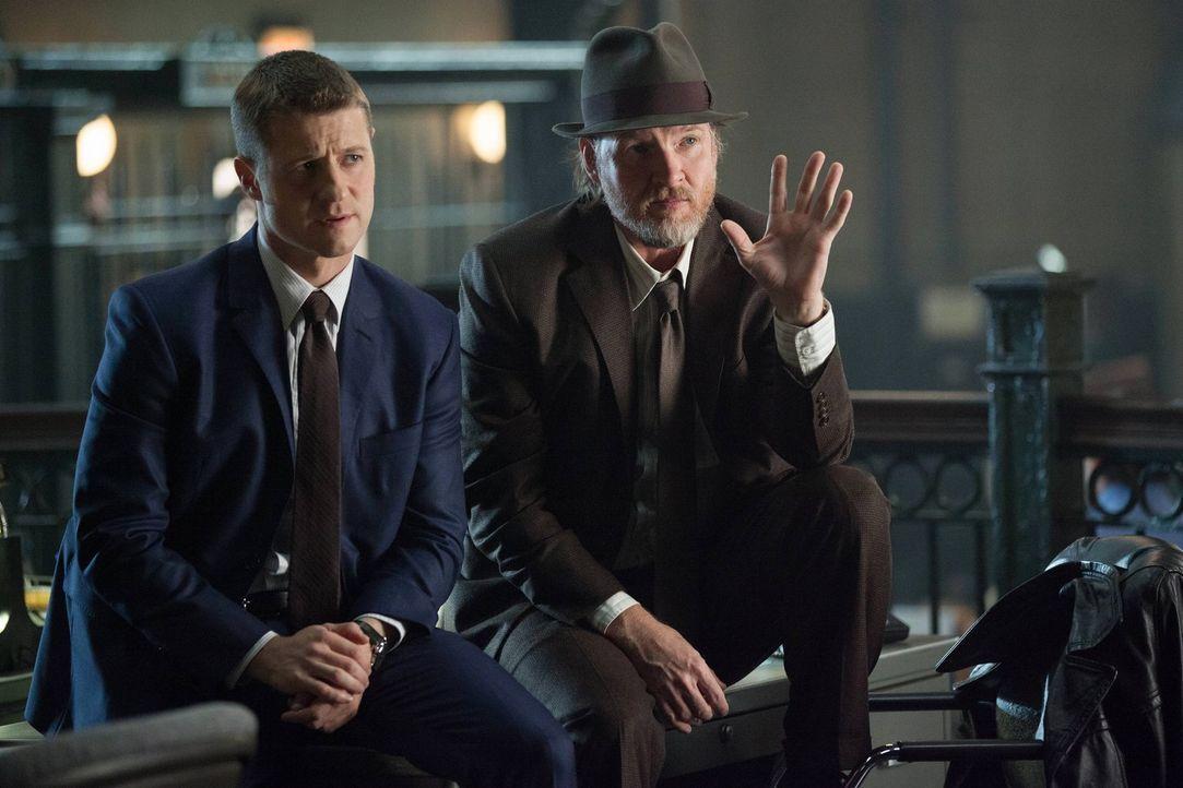 Sorgen in Gotham für Recht und Ordnung - doch das ist gar nicht so leicht: Gordon (Ben McKenzie, l.) und Bullock (Donal Logue, r.) ... - Bildquelle: Warner Bros. Entertainment, Inc.