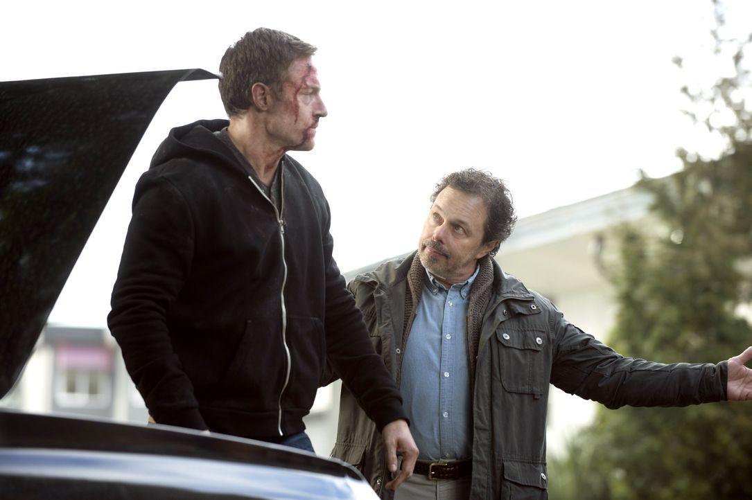 Warum will Metratron (Curtis Armstrong, r.) seinen Handlanger Gadreel (Tahmoh Penikett, l.) wirklich aus den Fängen der Winchester-Brüder befreien? - Bildquelle: 2013 Warner Brothers